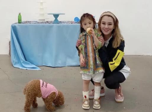 陈冠希全家为女儿庆生,三岁Alaia手绘画颇有艺术天分